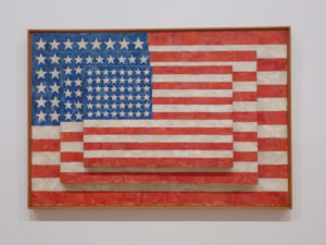 "Een overvloed aan 'stars and stripes' met Jasper Johns' ""Three Flags"" (1958)."