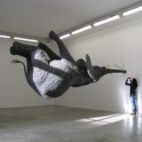 Vier beeldhouwwerken die met zwaartekracht sollen