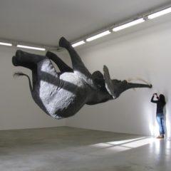 Vier openbare beeldhouwwerken die met zwaartekracht sollen