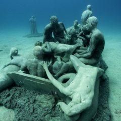 """Nieuw werk bijgevoegd aan het onderwatermuseum van Jason deCaires… """"The raft of Lampedusa"""""""