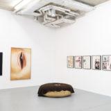 Red Bull, Cola, porno en jacuzzi's… Mike Bouchet presenteert 30 nieuwe werken bij Sofie Van de Velde