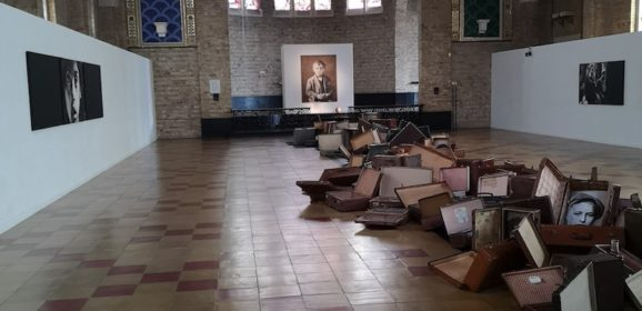 De tragiek van een reiskoffer… ontroerende installatie van Willy Baeyens in Koksijde