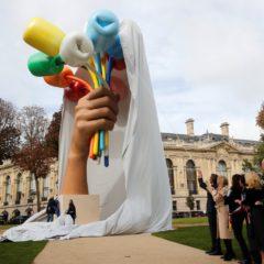 De 'tulpen' van Jeff Koons, een hommage aan de slachtoffers van de Parijse aanslagen, eindelijk ingehuldigd
