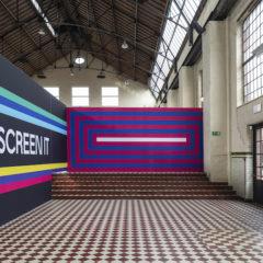 Stadstriënnale Genk-Hasselt hekelt onze verslaving aan schermen in confronterende tentoonstelling